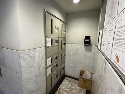 外出時にも荷物が受取れる宅配ボックス設置しております。