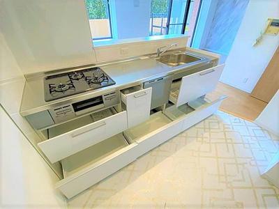 キッチンにはスライド式の収納がございます。