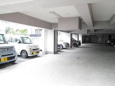 マンションには敷地内駐車場もございます。