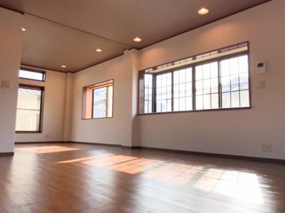 2階のリビングです♪天井のシックなカラーのクロスに暖色系のダウンライトがとてもオシャレです♪とにかく広い♪