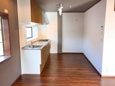 キッチン後ろは冷蔵庫、食器棚を配置しても十分な動線スペースがあります♪