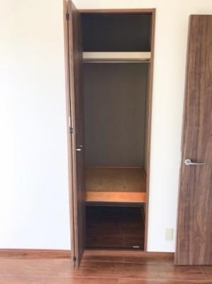 洋室の収納はどちらも半畳サイズです♪