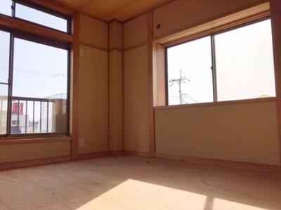 まだ畳が入ってませんが、6帖の和室です♪南に向いており明るい部屋です♪