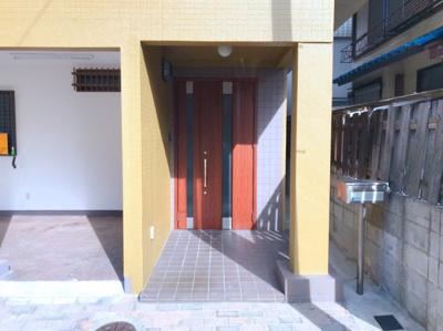 玄関ドアも新品です♪親子ドアなので必要な時は広く開けることができます♪