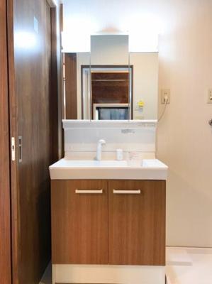 シャワーヘッド付、三面鏡付きの洗面台です♪下部の収納スペースが嬉しいですね♪