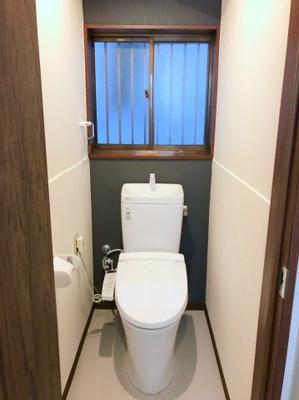 1階のトイレです♪アクセントクロスがポイントです♪