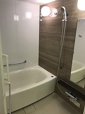 追焚機能付きのバスルームでいつでも暖かいお風呂に浸かれます。