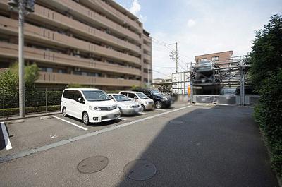 駐車場は平面と立体の2箇所にございます。