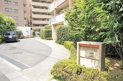 マンション敷地内の植栽はきれいに管理されています。