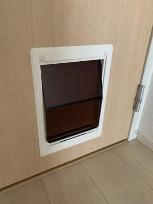 洋室7.3帖のお部屋の扉には、ワンちゃん・猫ちゃんに嬉しいペットドア付きです♪扉を開閉しなくても出入り出来るので便利です☆