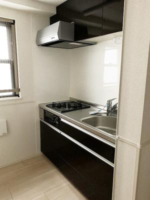 2口ガスコンロ/グリル付きシステムキッチンです☆場所を取るお鍋やお皿もたっぷり収納できてお料理がはかどります!換気のできる窓付きでお料理の匂いもこもりません!