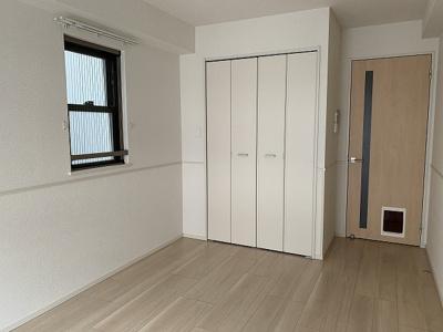 クローゼットのある洋室7.3帖のお部屋です!お洋服の多い方もお部屋が片付いて快適に過ごせますね♪