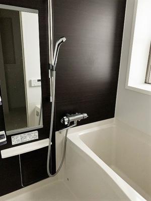 追い焚き機能・浴室乾燥機付きバスルーム♪浴室には窓があるので湿気対策OK!お風呂に浸かって一日の疲れもすっきりリフレッシュ♪