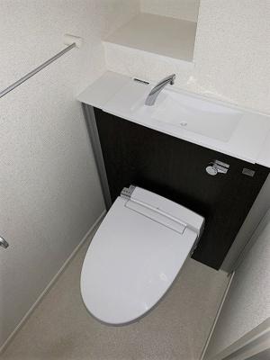 人気のシャワートイレ・バストイレ別です♪横にはタオルを掛けられるハンガーもあります♪