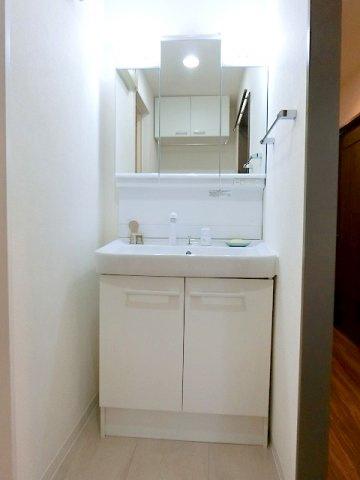 【現地写真】 デザイン性の高い洗面化粧台。一日の始まりと終わりを心地よく演出してくれる場所です♪