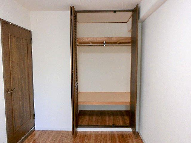 【現地写真】 ゆったりスペースのクローゼットは季節物の収納にも♪ 居室クローゼットは、洋服やクリアーボックスなどもしまえるクローゼットを設置♪ ひろ~い収納はママにとって嬉しいですよねっ♪