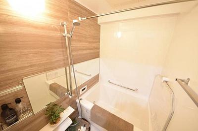 浴室に大きな鏡があり、広い空間でゆったりと入浴も嬉しいですね。