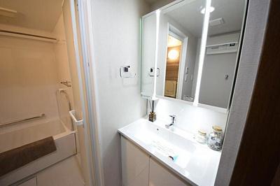 収納が多い洗面台では短い時間で効率良く支度ができます