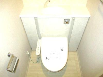 洗浄機能付き温水便座になります。手洗いボウルがございます。