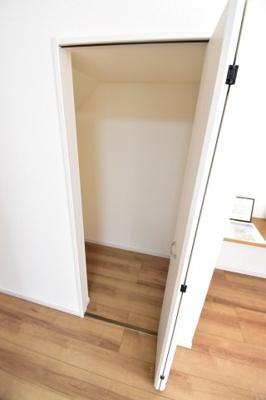 リビング横にも収納を設置。無駄をなくしてスペースを有効活用。