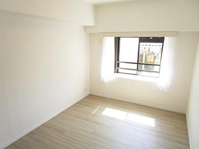 約6.3帖のお部屋には出窓付。全居室開口部がございます。