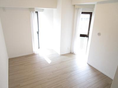 約6.1帖の洋室は変則的な窓がポイントです。