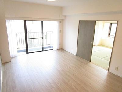 隣接する和室を開放してさらに広い空間としても。
