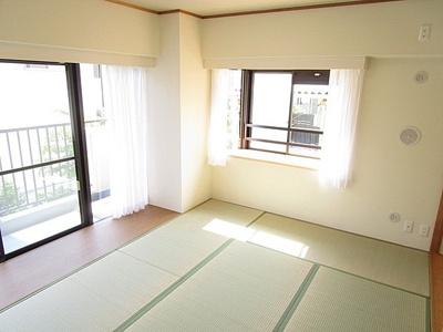 リビングに隣接する約7帖の和室は2面採光で明るいお部屋。