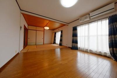 ≪和室~リビング≫合計14帖のバルコニーに面した明るい空間です。