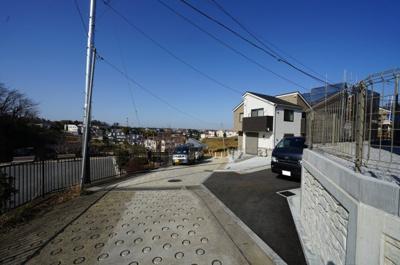 【前面道路含む現地写真】緑に囲まれた空間で快適生活。全棟LDK18帖以上♪保土ヶ谷区仏向町 全7棟新築戸建て