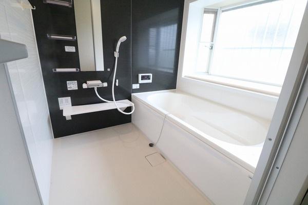浴室新調。大きな浴槽で1日の疲れを癒して頂けます♪