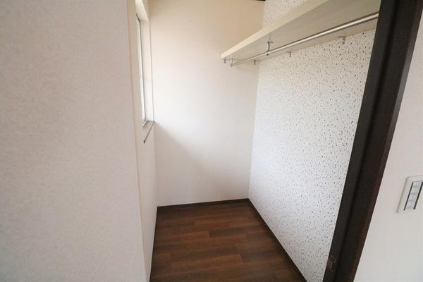 12帖洋室のお部屋には大容量収納可能なWICがついています♪