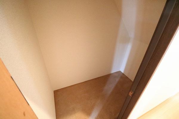 1階階段下の収納スペースです♪