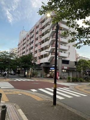 1階部分には商業店舗や飲食店などが充実しています。