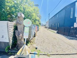 コミュニティバスのバス停「菱沼海岸」からすぐ!