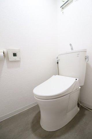 白を基調とした清潔感のあるトイレ。 (当社リフォーム施工例)