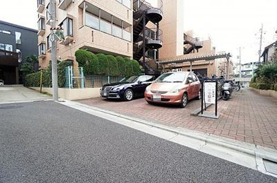 敷地内には駐車場もあります。空き状況はお問い合わせください。