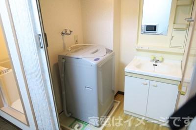 トイレの上に棚がついています。