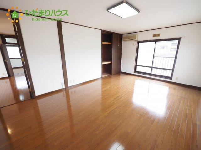 バルコニーに面している洋室は、主寝室にどうぞ(^^)/大きなベッドを置いても余裕の広さ!
