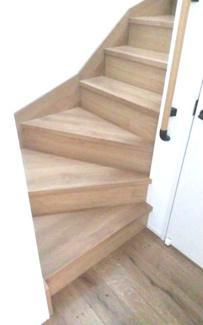 リビングを通過して2階に行けます。自然と家族のコミュニケーションが図れます。