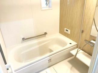 浴槽はまたぐ高さが低く、手すりもついています。高齢の方も安心です。