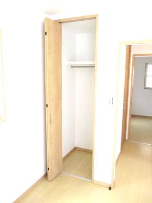 3階南側洋室の収納。ハンガーラックがあり、丈の長いものもしまえます。