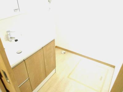 洗面所には洗濯機置き場が確保されています。
