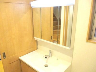 三面鏡タイプの洗面化粧台。収納タップリ。