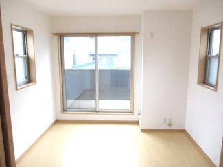 3階南側洋室。日当たりがよく、人目を気にしないので、カーテン全開でも生活できます。