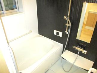 浴槽はまたぐ高さが低く、高齢者にも安心です。