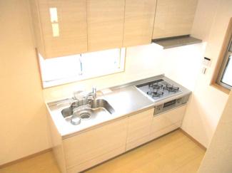 システムキッチンはコンパクトでありながら作業スペースもある仕様。