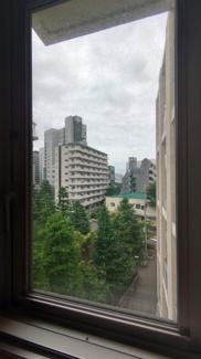 玄関脇の窓からの眺望