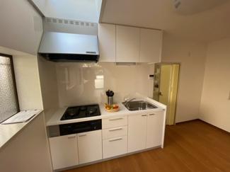 新品のシステムキッチンです♪ガス3コ口コンロでお料理もスピーディーに仕上がります!!キッチン上部は天窓があり、たいへん明るいです(^^)