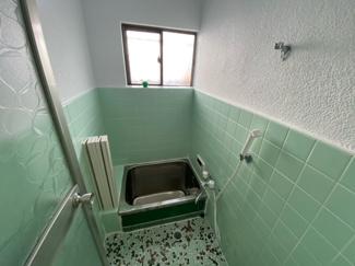 浴室には窓も有り、カビ対策も出来ますね(^^)